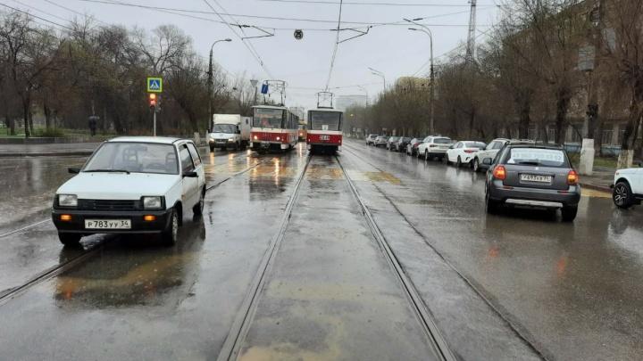 В Волгограде легковушки столкнулись на трамвайных путях