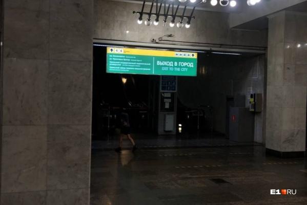 В метро Екатеринбурга начали менять навигацию. Но насколько она удачна?