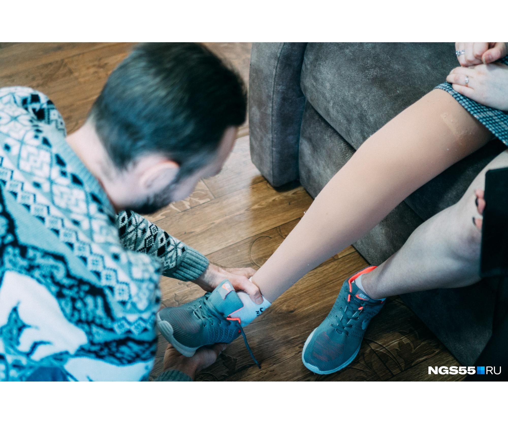 Обуваться в новом протезе Алина тоже сможет сама