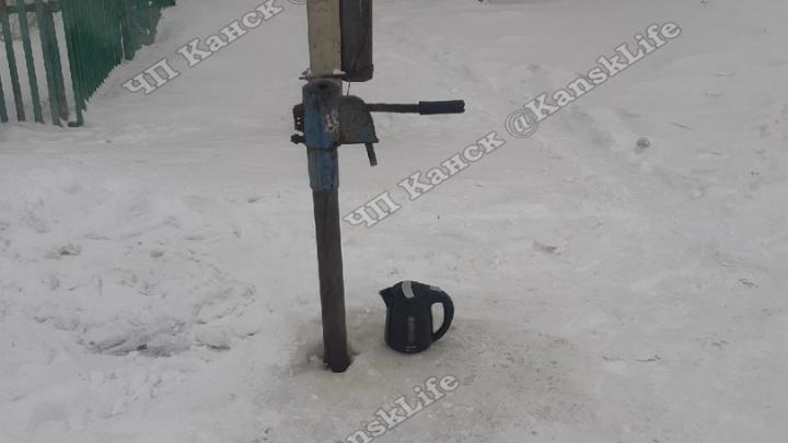 В Канске в морозы жителям приходилось отогревать колонку с водой самим