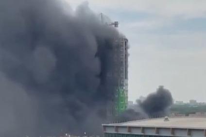 На Нагибина загорелась строящаяся высотка. Проспект затянуло черным дымом