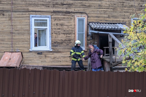 На фото — один из домов, который обслуживала УК «Облик». Он сошел со свай 9 октября 2020 года