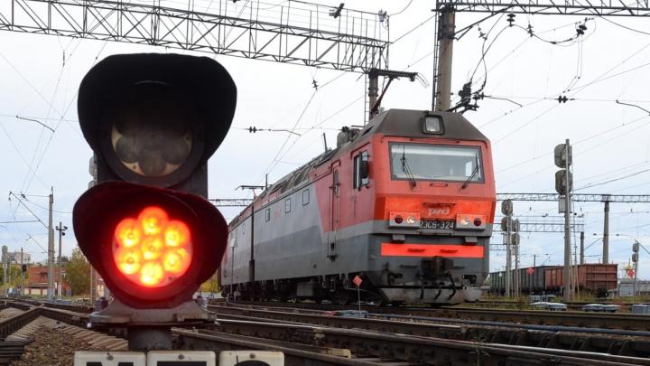 Перебегали через пути: в Екатеринбурге грузовой поезд насмерть сбил мужчину и покалечил женщину