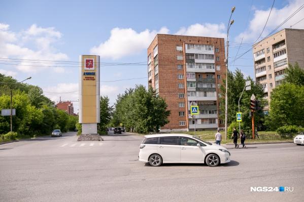 """В очереди на квартиры для сирот в Ачинске сегодня <nobr class=""""_"""">300 человек</nobr>"""