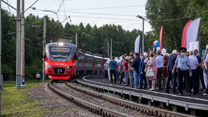 В Новосибирске из Пригородного простора отправилась новая городская электричка — 14 ярких кадров с запуска