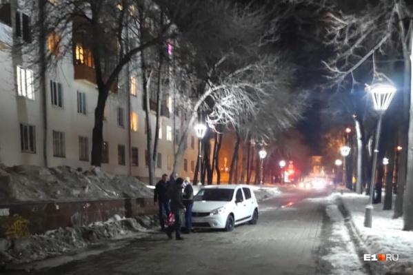Пешеходы успели отскочить от несущейся машины