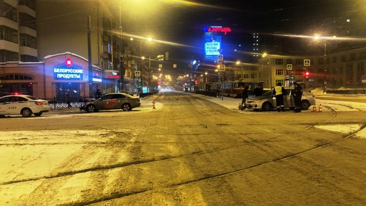 В центре Екатеринбурга Audi врезалась в Toyota Corolla: пострадала школьница