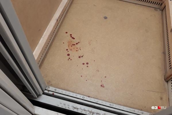 На полу в лифте еще остались следы крови