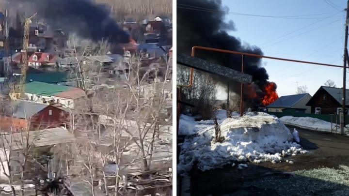 Крупный пожар на Первомайке: огонь охватил два дома и переходит на третий
