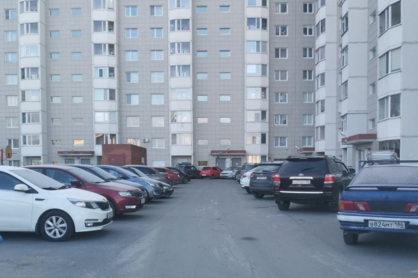 Машины во дворах Сургута создают опасность для школьников