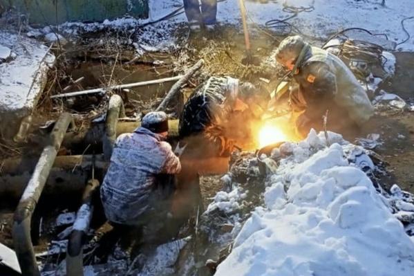 Прежде чем приступать к устранению аварий, трубы нужно было отогреть, воду перекрыть и выкачать разлившуюся