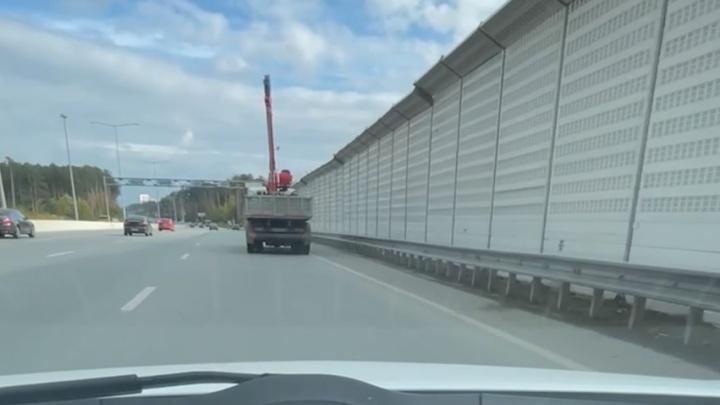 Сотрудники ГИБДД разыскивают водителя грузовика, который снес металлическую конструкцию на Кольцовском тракте