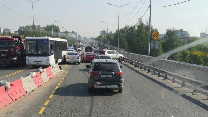 На Краснофлотском мосту Архангельска столкнулись две машины и автобус