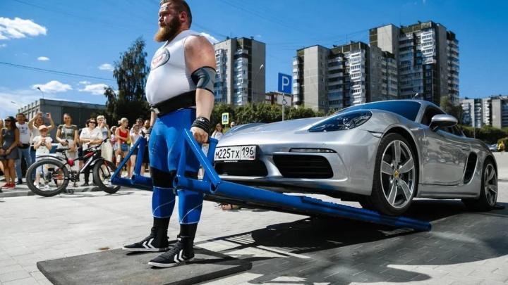 Силачи поднимали Porsche и тягали кроссоверы: в Екатеринбурге прошел кубок силового экстрима