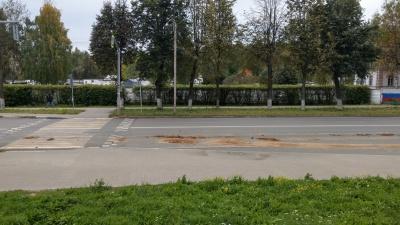 «За наши с вами деньги»: в Ярославле дорогу посыпали песком, не дожидаясь снега и наледи