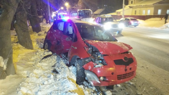 «Мужчине зажало ноги»: в Екатеринбурге произошла серьезная авария, есть пострадавшие