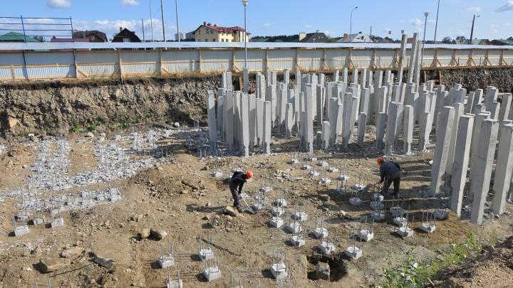 Забивают сваи и ставят кран: что будут строить между Академическим и Широкой Речкой