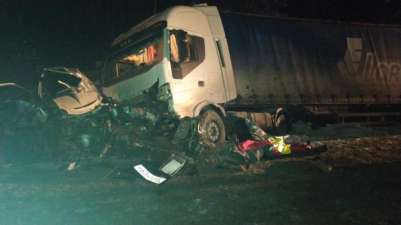 В ДТП в итоге попали четыре машины, в том числе грузовые