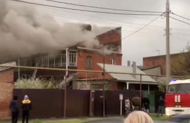В центре Краснодара случился крупный пожар, из дома эвакуировали жильцов