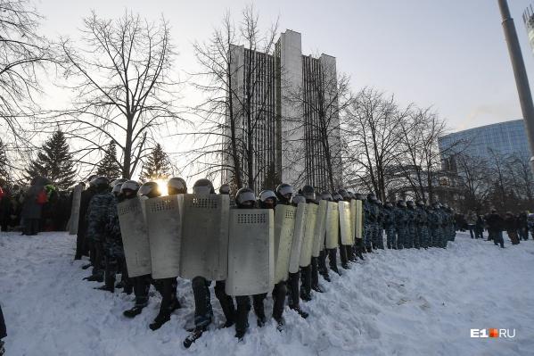 """Протестующих выгнали на лед Городского пруда и&nbsp;<a href=""""https://www.e1.ru/news/spool/news_id-69720021.html"""" class=""""_"""">уложили лицом в снег, чтобы задержать</a>"""