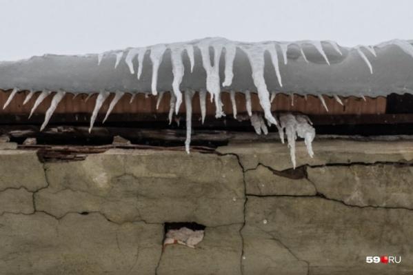 Погода сейчас такая, что снег превращается в лед и падает с крыш