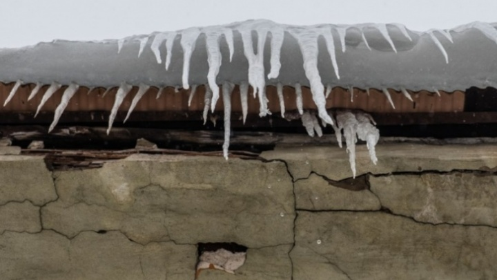 В мэрии Перми рассказали, куда пожаловаться на неубранный снег на крышах