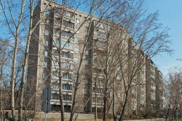 Девятиэтажка напротив Уктусского лесопарка страдает от протечек крыши и проблем с канализацией