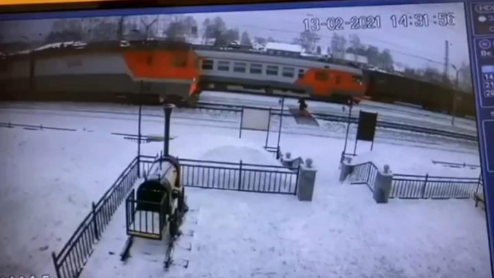 На станции под Первоуральском поезд снес девушку, которая торопилась на электричку: страшное видео