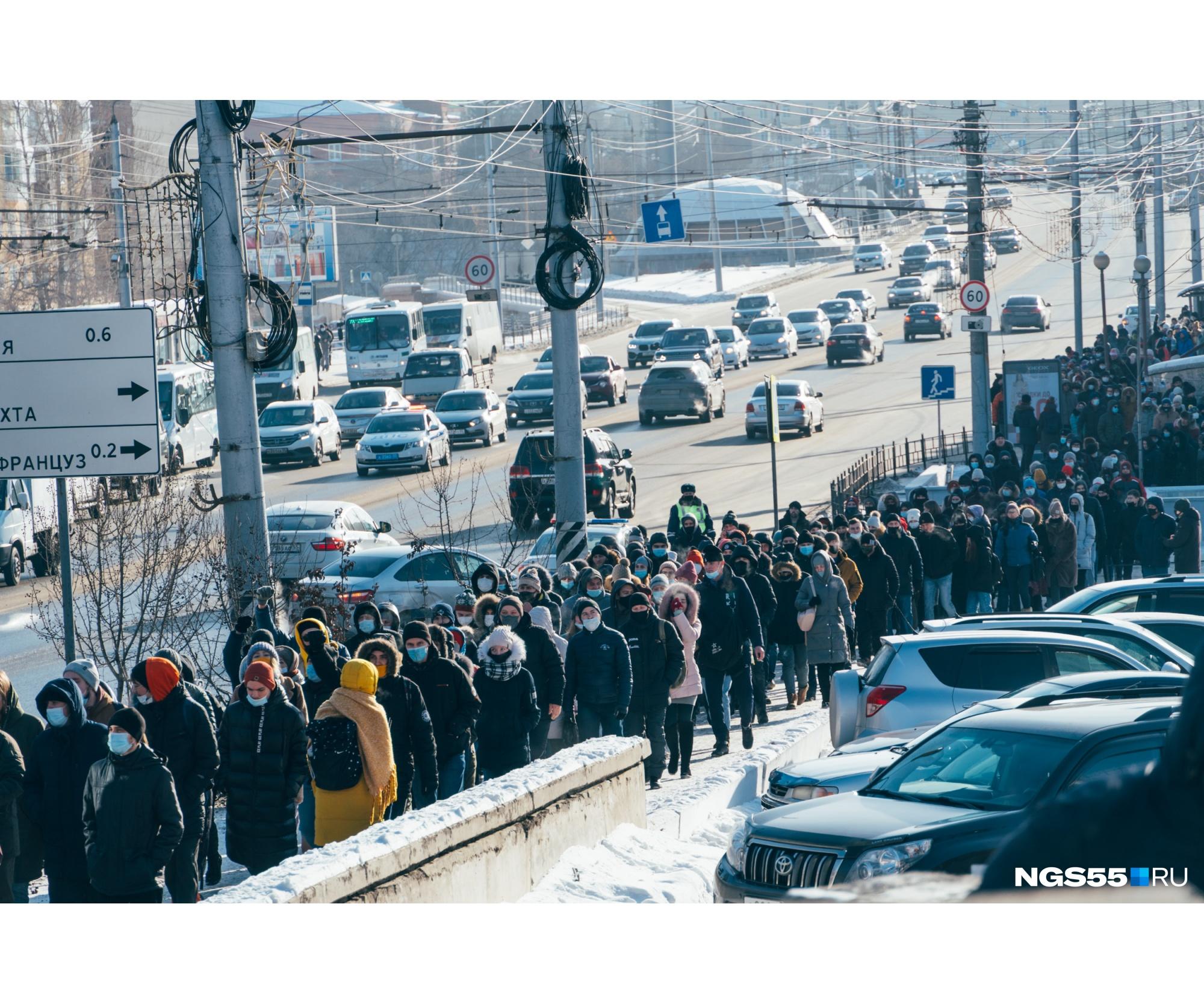 Толпа растянулась на сотни метров