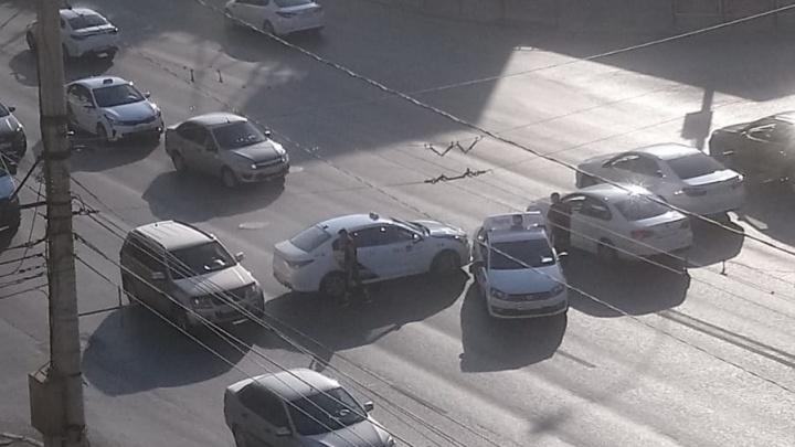 В Волгограде у ТЮЗа столкнулись два автомобиля такси