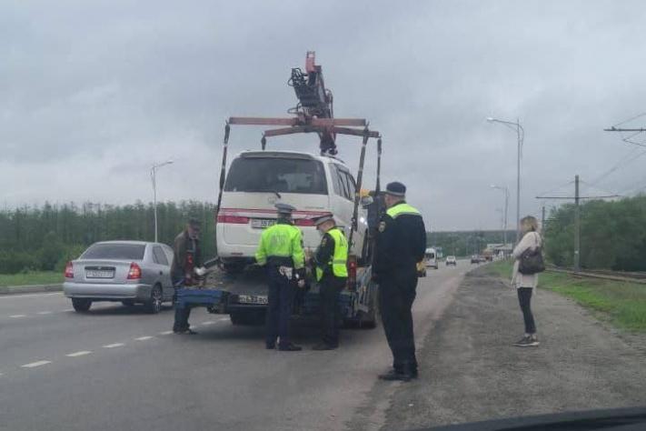Сотрудники ГИБДД могут забрать машину посреди дороги
