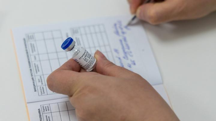 «А если все сотрудники заболеют?»: отвечаем на вопросы об обязательной массовой вакцинации от ковида