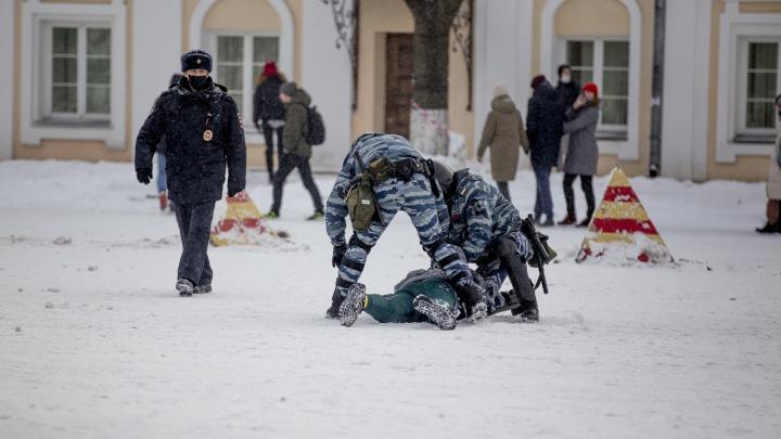 «Ездил в автозаке на коленях»: в Ярославле начались суды над участниками несанкционированных шествий