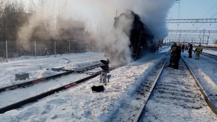 Дым столбом: в Самарской области загорелся ретролокомотив