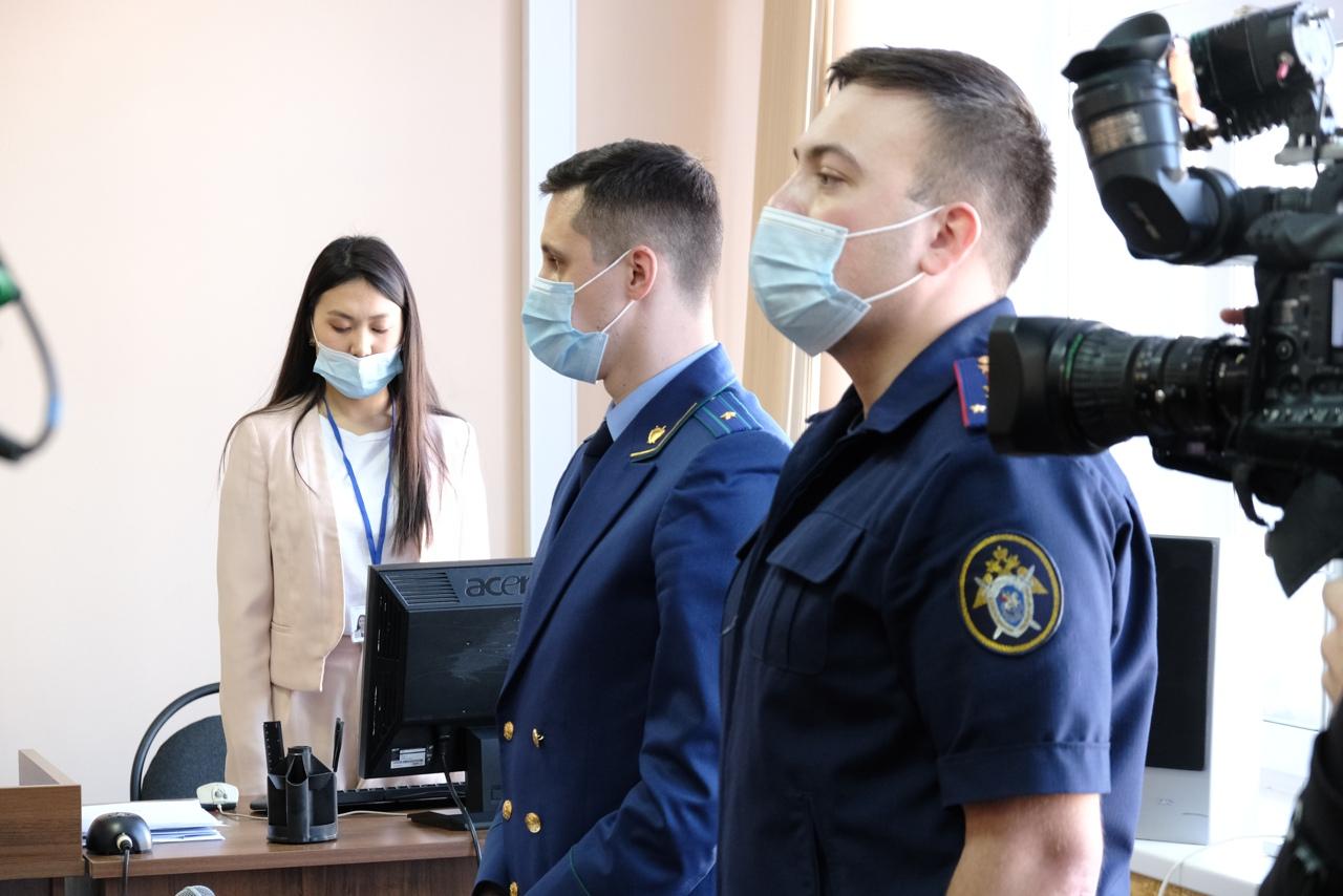 Следователь СК (на первом плане) просил суд отправить обвиняемого чиновника в СИЗО. Прокурор поддержал