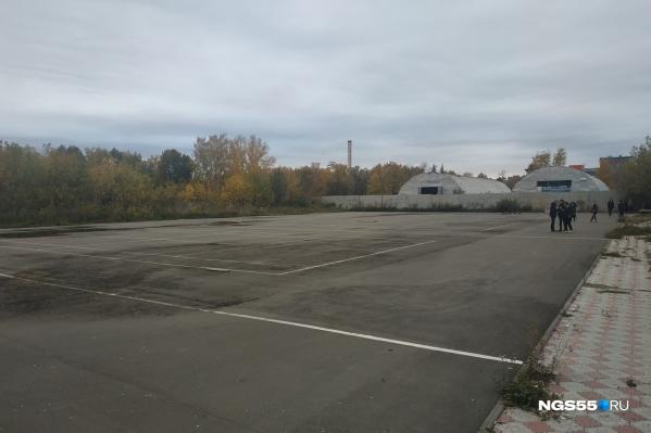 Корты расположатся на участке площадью почти пять тысяч квадратных метров рядом с конным клубом