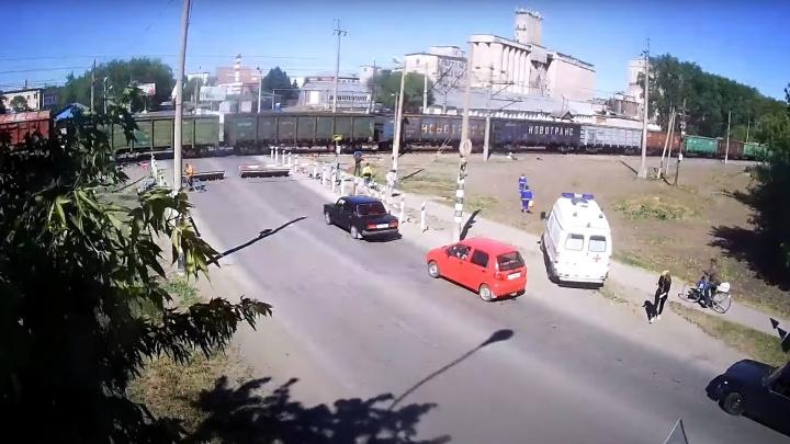 В Ялуторовске поезд сбил велосипедиста. Столкновение записала камера видеонаблюдения