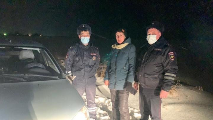 «Сын пытался найти, кто сможет помочь»: на Урале женщина-водитель решила сократить путь и застряла в сугробе