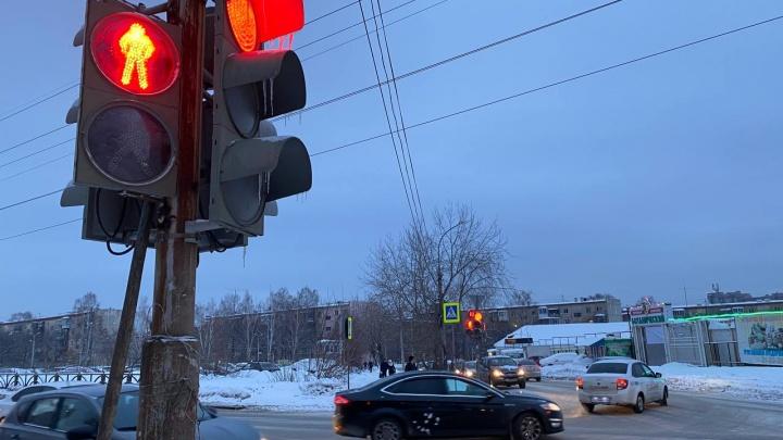«Пробки с утра просто дикие»: на Вторчермете светофор парализовал движение после перенастройки