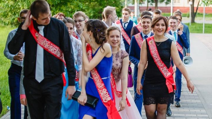 В Кузбассе перенесли дату выпускных у школьников. В Минобре объяснили почему