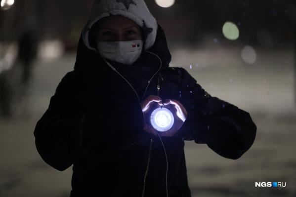 Люди вышли на прогулку с фонариками вечером 14 февраля