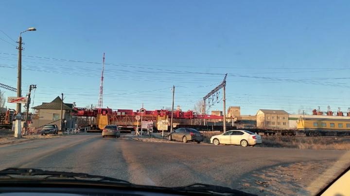 «На месте скорая и полиция, переезд закрыт»: под Волгоградом грузовой поезд сбил человека