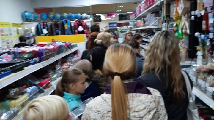 В канцелярских магазинах Ярославля выстроились очереди: почему родители дотянули до сентября
