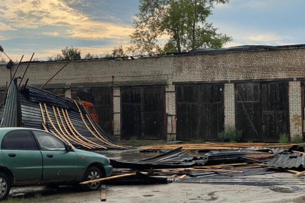 Сорванные крыши — одно из последствий прошедшей грозы