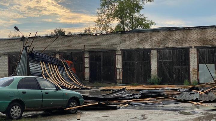 Упавшие деревья и сорванные крыши: Вельск пострадал от непогоды