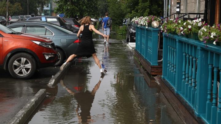 Опять затопило! Новосибирск ушел под воду из-за небольшого дождя — 10 мокрых кадров с улиц города