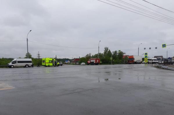 На месте работают медики, спасатели и сотрудники ГИБДД