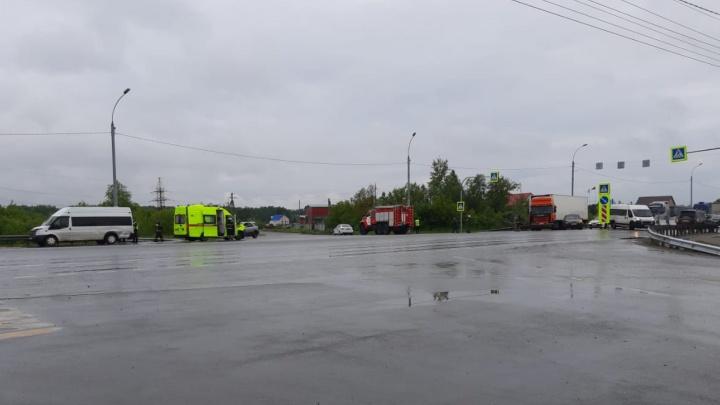 На Станционной столкнулись фура, микроавтобус и иномарка — есть пострадавшие
