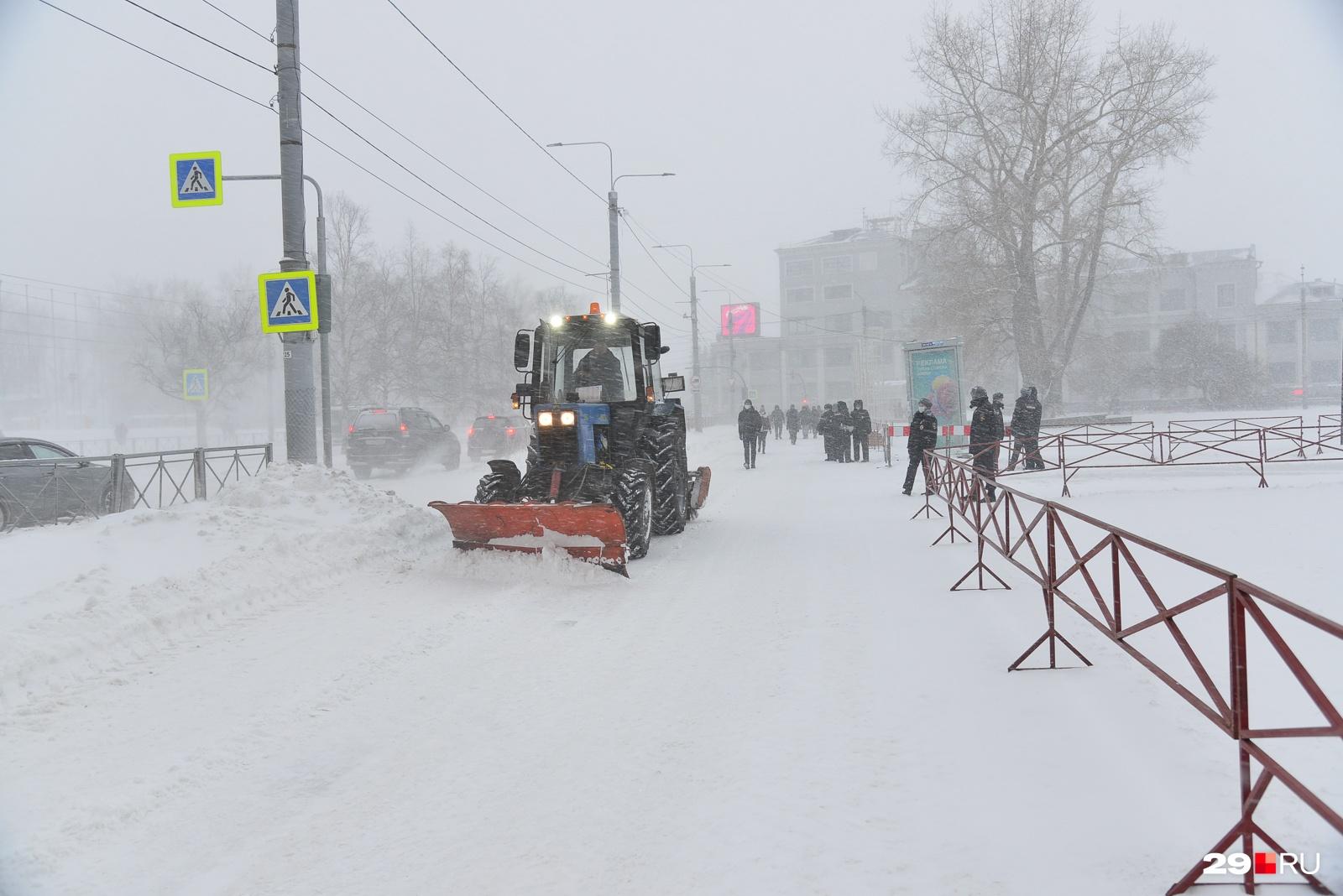 В день митинга на площади начались работы по демонтажу новогодних украшений