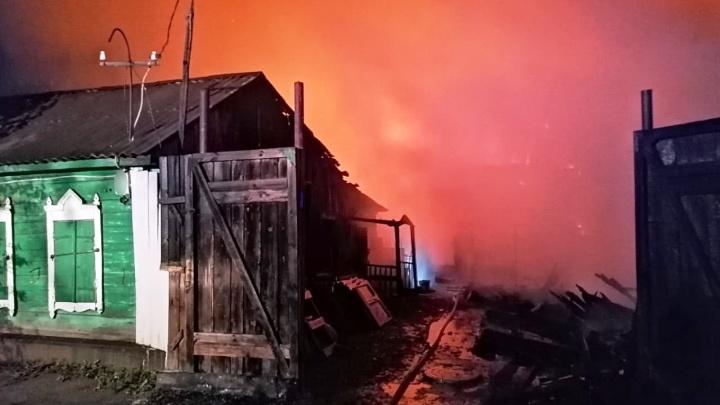 На Карлова сгорели три частных дома — их тушили 44 пожарных